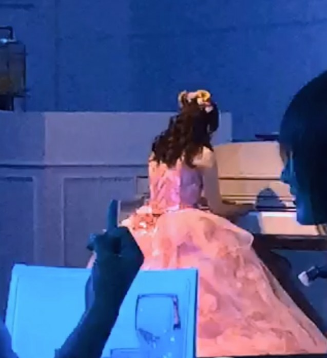 中指を立てるってどういう意味なんですか? わたしの結婚式で、ピアノを弾くわたしを友達が動画を撮...