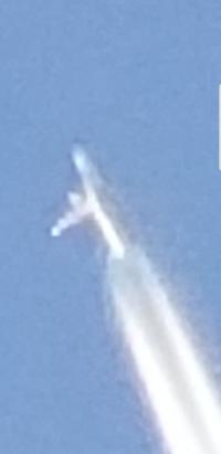 飛行機雲かと思ってとったら飛行機じゃなさそうなものが写ってたんですけどなんですか? 茨城です。
