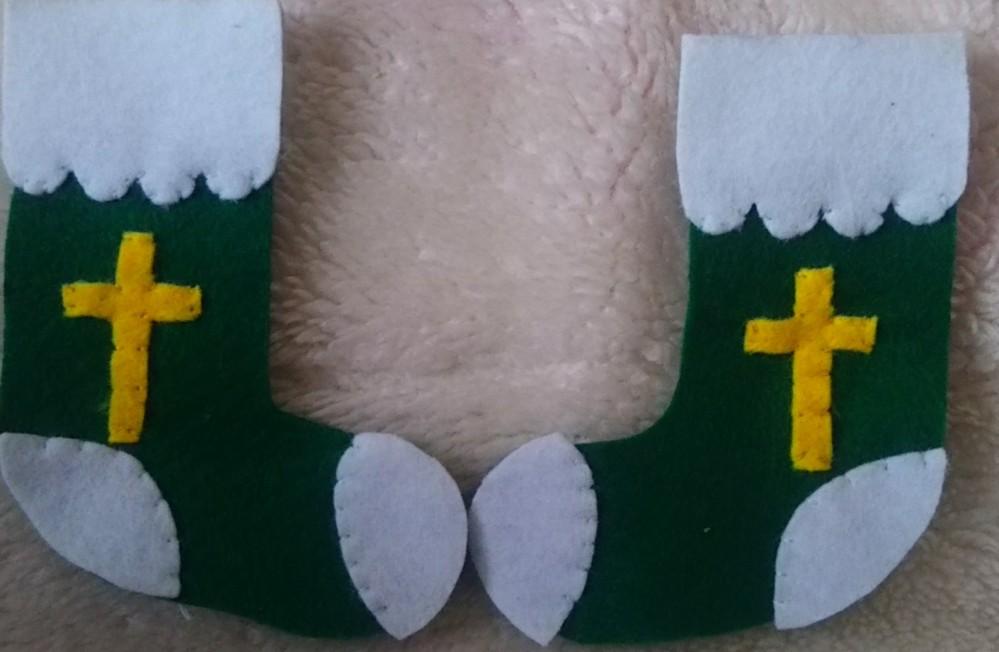 プロテスタントのかたにお聞きします。 クリスマスの飾り物を作成中です。 十字架の縦横の比率は決まっているのですか? また、クリスマスブーツに十字架の模様を作るのは、クリスチャンに対して失礼でしょうか?