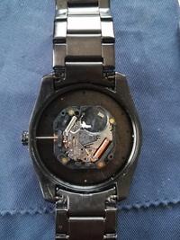 腕時計の修理のために、竜頭を抜こうと思いオシドリを探しているのですが見当たりません。 どなたか写真を参考に分かる方いらっしゃいませんか? ご教授願います。