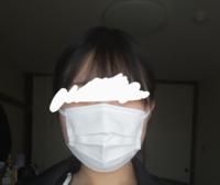 新しいマスクを買ったんですけど普通のサイズだと大きかったから小さめサイズを買ってみたらこのように顔の横がはみ出してしまいました。これより大きいマスクの方がいいと思いますか?