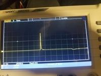オシロスコープ及び直流電源電圧の波形について相談がございます。 趣味でDC24V電源の立ち上がり(0V→24Vの立ち上がり)波形を取ろうとしていたのですが、うまく出来ません。あと、トリガを立てると何故か50Vぐらいの電圧が測定出来てしまいます。立ち上がり波形のうまい取り方があればご教授のほど宜しくお願い致します。