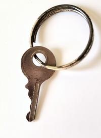 いただき物のルイヴィトンのバッグに付いていた鍵なのですが、何年代の物でしょうか? ルイヴィトンのバッグは年代で価値が変わると聞いたのですが、こちらの鍵(が付いているバッグ)は価値的には高い物でしょうか?
