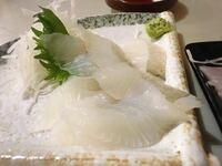この刺身でなんの魚か分かりますか? ヒント1、北海道以南ほぼ全国の沿岸に生息して釣り人の間では馴染みのある魚です  ヒント2、流通量はそれほど多くなく一般的な大衆魚とは言えません  ヒント3、滑りません  ...