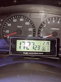 スピードメーターの手前に時計を付けたら車検は通りますか?