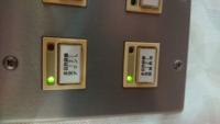 画像のスイッチの名前が知りたいです。 ボタンを押す毎に赤ランプと緑ランプが交互に点灯し、赤ランプが点灯しているときはスイッチが「入」の状態で緑ランプが点灯しているときはスイッチが「切」の状態です。