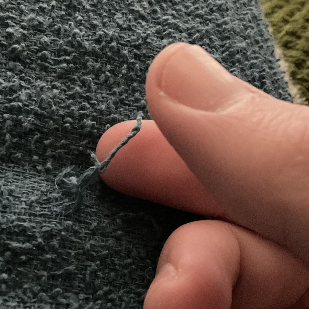 糸状のものを指でこねるクセについて。私は幼い頃から糸をこねるクセがあります。物心ついた時には既にこのクセはついていたと思います。 例えばシーツのほつれや、バスタオルのほつれ、服の袖の内側のほつれ...