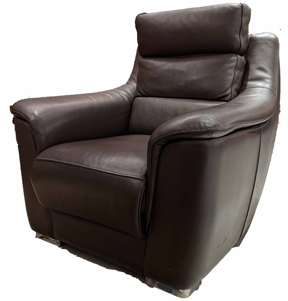 家具に詳しい方がいらっしゃったら教えてください。 写真の一人掛けソファがとても気に入ったのですが、どこのメーカーの何という商品か全く分かりません。 非常に質感のいいブラウンのオールレザーで足の部...