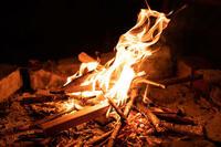 焚き火に初チャレンジしたいのですが、ナイフとライターがあればできるでしょうか?  木は拾い集めます。 フルタングナイフは買います。 折りたたみノコもあったほうがいいでしょうか? 焚き火台は、直火が禁止されてなければいらないですよね?  よろしくお願いします。