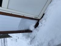 家に帰ると賃貸アパートの物置が潰れていました。もともと雪で埋まってたこともあり、そこが潰れていたかは確認取れていません。 ただ車をバックしてぶつけた記憶もありません。車も一切傷ついてません。ただその...