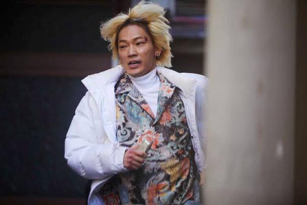 ヤクザと家族で綾野剛さんが着てる中のシャツのブランドを知りたいです、分かる方教えて下さい