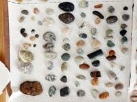 石の鑑定をお願いします。  ビーチコーミングで拾ってきた石です。  この中に、名称がわかる石はありますでしょうか?