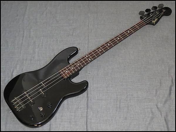 Fenderのジャズべを使っています。 PJ-555です。 ラインで宅録する事が多いのですが、リアに高音のノイズが乗ります。 例えるならスズムシのようなシャリリリリみたいな音です。 フロ...