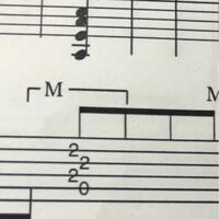 ギター初心者です。バンドスコアの、この押さえ方はAコードなのでしょうか? バンドスコアにはAと書いてありましたが、Aコードなら1弦を開放弦の0として記載してないのは何故でしょうか…? また、他の箇所も書いて...