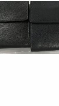 同じ財布ですが、シボ革の出方で迷っています。  わかりづらくてすみませんが、 どちらの革の雰囲気が良いと思いますか? ちなみに使用者は男性で19歳です。  宜しくお願いします。