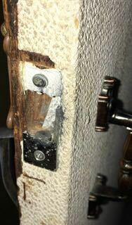 ドアが閉まらない 家のドアノブの部分?が壊れて、閉まらなくなってしまいました。 これは、なんて言う部品を買ってくれば直りますか? 初歩的な質問ですいません。 どなたか教えてください( ; ; )