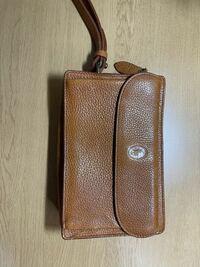 このバックを知人からもらったのですが、どう思いますか?いつも財布とか携帯をポケットに入れていて嫌だなと思っていたので、便利そうですがダサいですか?また私服とかと持ってると浮きますか?高校生、男です。