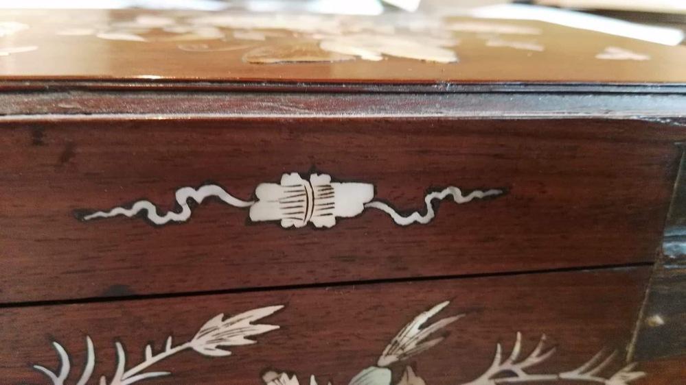 この家具の模様、何を書かれているのか知りたいのですがわかりません。 わかる方がいらっしゃいましたら教えてください。