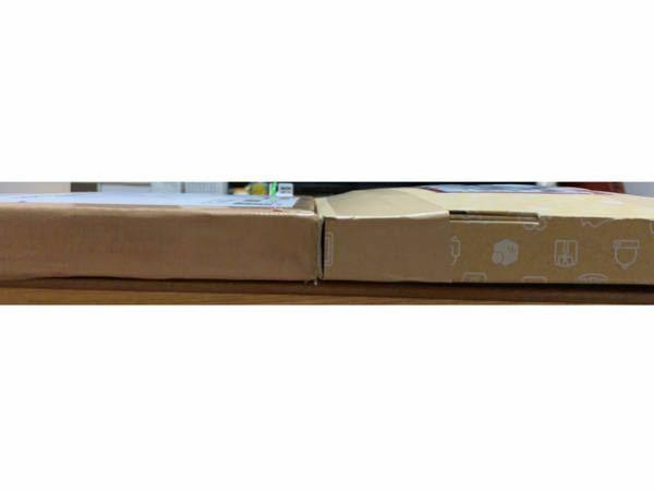 右側の箱がラクマにて郵便局から返送されてきました。 箱はローソンでメルカリの箱しかなかったのでそれを購入し、入れました。 余裕で入ったのですが返ってきてしまいました。 箱自体が重なってる部分があるので3センチを超えてしまったんではないかと思います。こんなのでも返ってきてしまうのですか? 次送るにはなにで送るのが1番いいでしょうか?