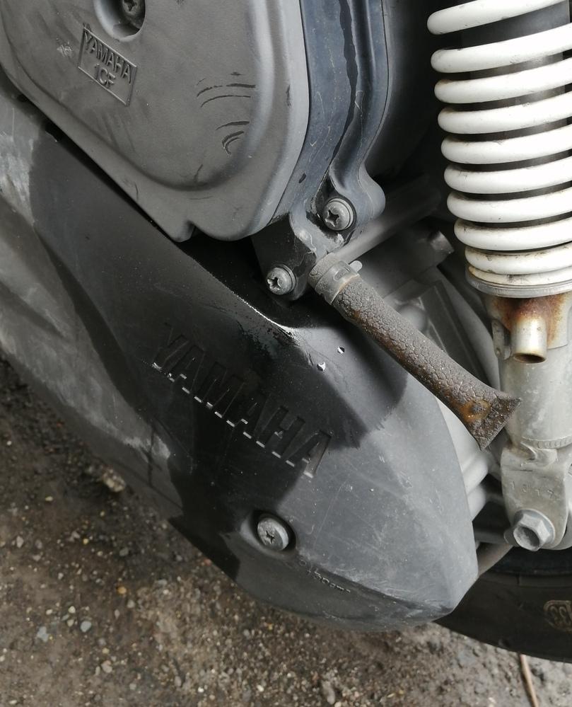 バイクの後ろのほうにオイルらしいものが付着してるのですがどのような状況かわかる人いますか?