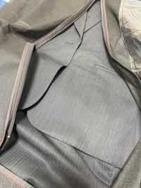 就活用のスーツについて質問です。 ストライプが入っているものは基本的にはNGとのことですが、これはそれに含まれますか? やはりストライプでしょうか。色は写真よりもう少し暗いです。
