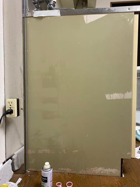 1年程前にキッチンに百均のリメイクシールを貼ってたんですが、今回引越しで剥がしたときこの様になってしまいました 修繕費にどのくらいかかりますか? あと自分で色とか塗った方がいいのですか?