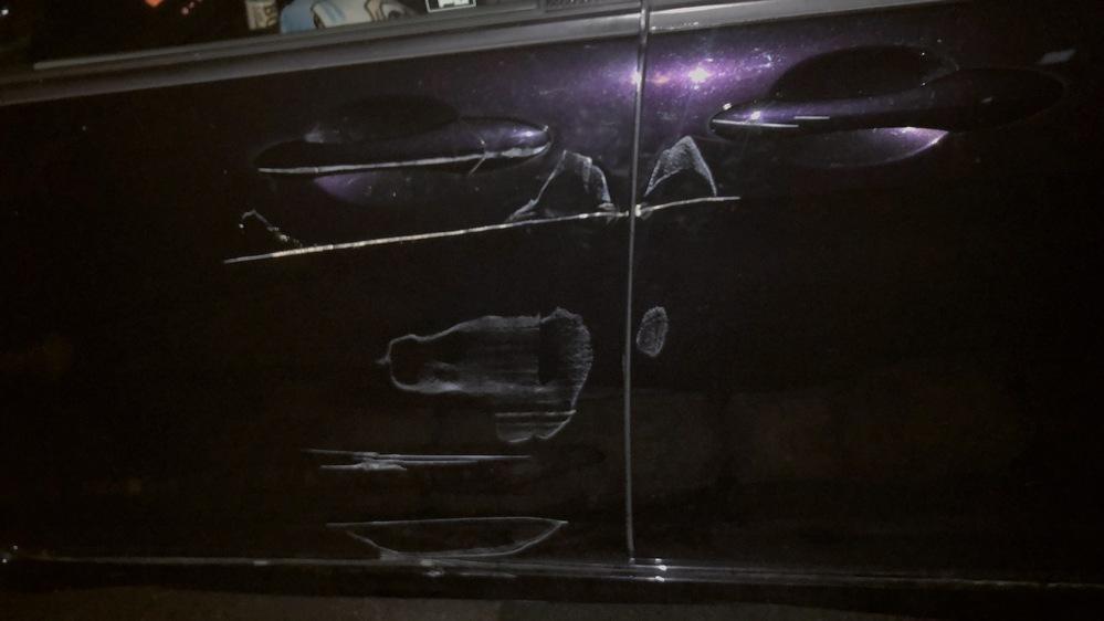 失礼します 車をスーパーの駐車場にある買い物かごを戻すポールに真横をすり当ててしまいました 板金で修理をお願いしようと思うのですが以下の写真は修理代だいたいどれぐらいになりますでしょうか? 凹み...