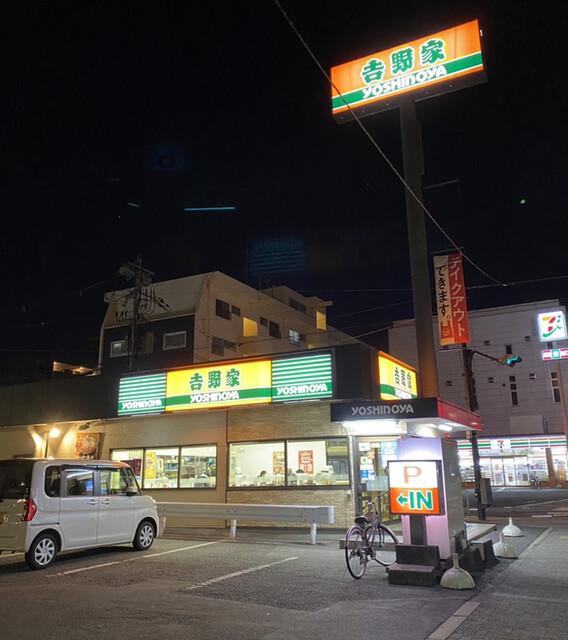 なぜ牛丼チェーン店は時短営業しないのですか。 ・・・・・・・・・・・・・・・・・・・・・ 吉野家などは深夜も営業していますが。 政府から時短営業のお願いが出ているのになぜ時短営業しないのですか。 と