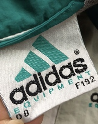 adidasのナイロンジャケットのタグについての質問なのですがこの画像のD8 F192とはどういう意味なのでしょうか?サイズを表しているのでしょうか?