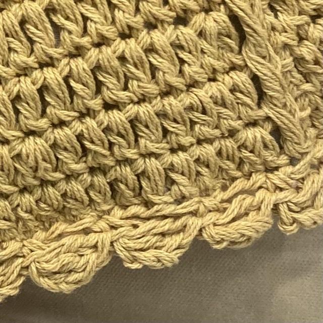 画像の縁取りの編み方を教えてください。 かぎ針で<鎖2目、中長編み2目、鎖2目>などフリルに見える編み方は試しましたがうまく画像のようにはなりませんでした。 よろしくお願いします。