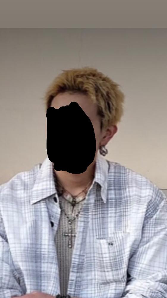 写真のように、内側だけ黒髪で外側が金髪になるように染めることは可能ですか? それと、この髪型はパーマがかかっていますか?