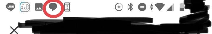 画像はAndroidの画面上部なのですが、ステータスバーに表示されている赤丸のアイコンは何のアプリの何の通知でしょうか?