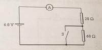 直流回路について、基礎的なことなんですが写真のような回路でスイッチをONとOFFにすると電流(I)が変わりますよね。 この場合スイッチを開けると0.075A、閉じると0.3Aになると書いてありました。  どういう理論でそうなるのかが分かりません。 スイッチを閉じた時に何か現象が起こるのでしょうか?ショート?  なるべく簡単な説明をお願いします!