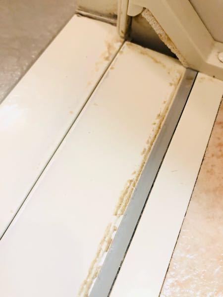 水周りの汚れ 浴室の扉周辺のザラザラした汚れはどんな洗剤が効果的なですか? カビキラーや重曹を試してカードで刮げ落としましたがなかなか落ちなくて困っています。 回答よろしくお願いします。