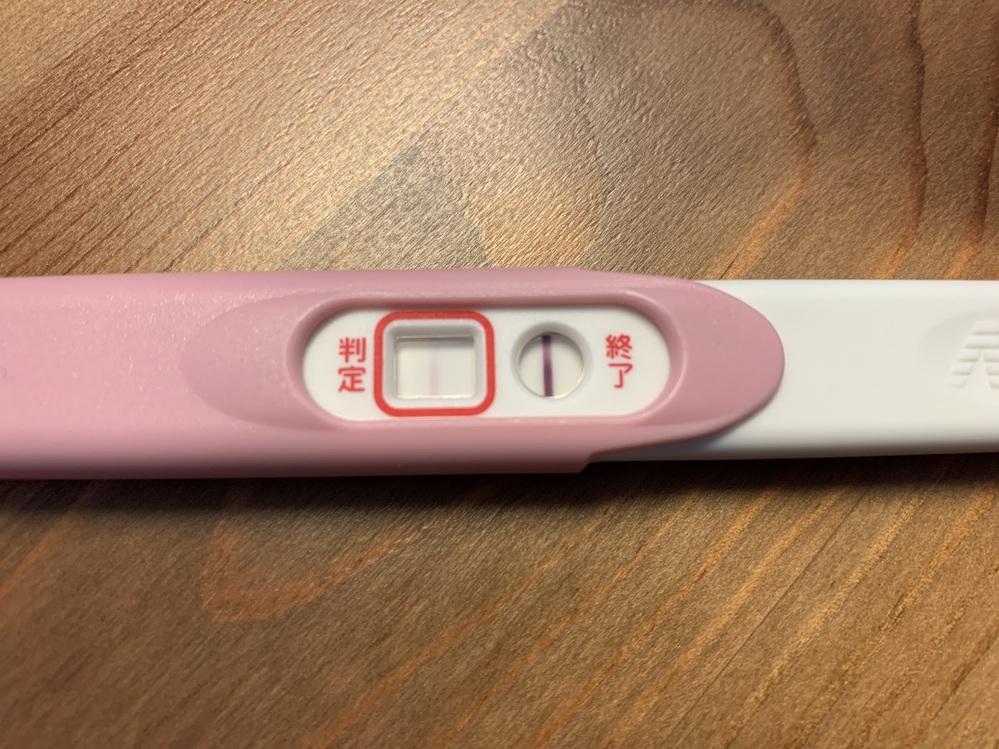 妊娠検査薬でフライング検査をしました。 うっすら判定のところに線が見えるのですが、これは妊娠し...