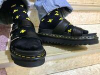 ドクターマーチンのMYLESなんですが、歩くと脱げて歩きづらく靴擦れします。 なにか脱げづらくする方法は無いでしょうか??