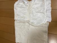 写真の帯揚げについて 上の帯揚げは留袖用と聞きました。白地で雲の絞り部分に金糸の模様が入っています。 下はアイボリー地で雲の中に菊や松の模様です。これも留袖に合わせるような帯揚げですか?訪問着に合わせるのでしょうか?  白は留袖に合わせると聞いたことがあるのですが、上下の帯揚げは雰囲気が違いすぎて、同じ格のものではないのではないかと思い質問いたしました。