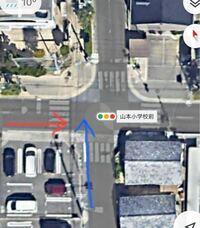 交通ルールについて質問です。 この画像は、とある歩車分離式の交差点で、2本の矢印は2台の自転車の動きです。 この2台の自転車は、歩行者側の青信号が点滅している時にどちらも滑り込みで渡ろうとして、ぶつかりそうになりました。 これでぶつかって事故になった場合、どちらの方が過失割合が大きいのですか? 歩車分離式交差点の横断歩道で歩行者信号が青の時なので、自転車を降りて押して歩かずに、乗ったまま渡ろ...