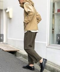 ファッションについて 写真の男性がはいているパンツと同じ色のパンツを探していますが、色の名前がわかりません。これ、なんて名前ですか?また、ブランドも分かる方いますか?  ちなみにジャケットは、ノーフ...