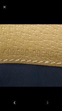 GUCCIの財布なのですが、シリアルナンバーが真っ直ぐでないのですが偽物でしょうか??