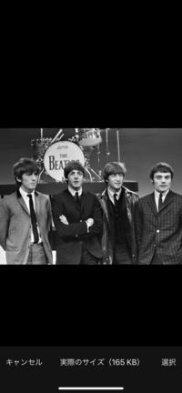 ビートルズの写真に映っている人物をご存知ですか? dmm英会話のデイリーニュースでビートルズの記事の写真なのですがリンゴスターの位置の人物が明らかに別人なのです。  この人物は誰なのでしょうか?