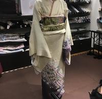 子供の小学校の入学式に訪問着を購入しようか迷っています。 こちらの着物と帯、草履とセットで15万円(仕立代込み)だそうです。 そもそも帯を買いたくてお店に行き、訪問着は購入する気はなかったのですが、試...