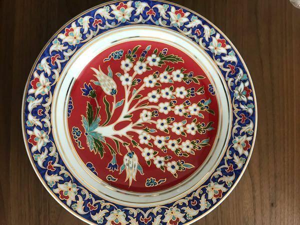 このお皿は絵皿(鑑賞用)でしょうか? それとも料理用として使っても良いのでしょうか? トルコのKUTAHYAというブランドのものです。 実家で発掘したのですが、絵を飾る用の金属の引っ掛けるもの?がついていました。 飾るところがないので、料理用として使いたいですが、おかしいでしょうか? 食器に詳しい方、ご教示お願い致します。