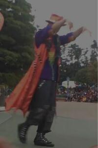 これはディズニーランドのハロウィンパレードの写真なのですが、なんというパレードのダンサーさんですか?