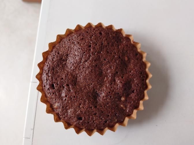 仕事でブラウニーを作っているのですが、表面が写真のように月のクレーターのようになってしまいます。 レシピは カカオ分72%クーベルチュールチョコレート 80g 無塩バター 110g グラニュー糖 150g 卵L 2個 塩 ひとつまみ 薄力粉 25g ココアパウダー 15g 生くるみ 50g ①湯煎でチョコレートと無塩バターを溶かす。 ②①にグラニュー糖を入れ混ぜる。 ③塩をひとつまみ入れ、...