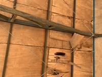 駐車場の天井部分のベニヤ板が劣化して、写真のように剥がれてしまっています。 もうベニヤを交換するしかないでしょうか。 DIYで行える効率的な交換方法や、他の補修方法が、ありましたら、ご教授お願いします。