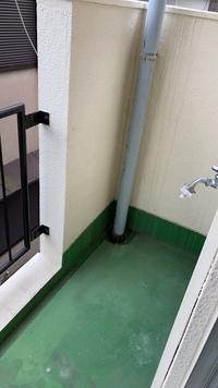 ベランダに洗濯機を置くタイプのアパートに引越しました。 オンラインで内見したので、契約時には気づかなかったのですが、専用の排水溝がありません。雨水用はありますが… この場合、どう設置すれば良いのでしょう?