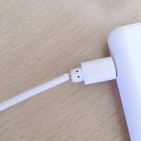 モバイルバッテリーを充電するUSBコードの配線?が剥き出しになっています。そのまま使用しても問題ありませんか?