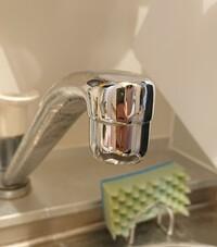 蛇口の先端が外れません。 浄水器を取り付けるために蛇口の先端(泡沫キャップ?)を外す必要があるのですが外れません。 右にひねったり左にひねったり輪ゴムを巻いて回したりお湯をかけたりしましたがびくともしません。 そもそも外れないタイプなのでしょうか? 隙間にカルシウム?塩素?が固着している感じはします。  業者に頼むにしてもどこに依頼するのか分かりません。 外したことがある方いたらコツを教えて...