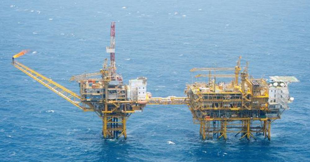 沖縄県石垣市の尖閣諸島周辺は油田であると聞くのですが、これを開発して採取した石油を自国で活用したり輸出するというのは、 現実的な夢ですか?